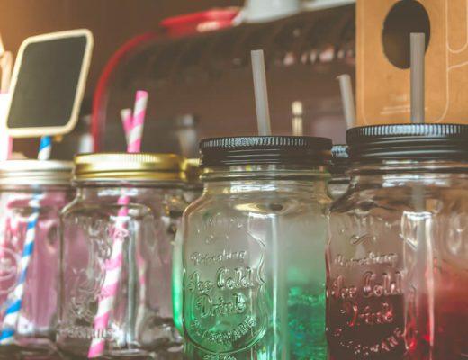Como usar jarras com etiqueta para decorar